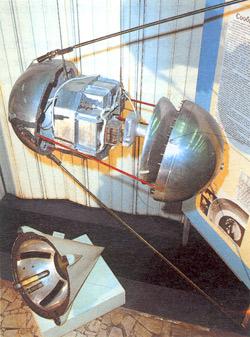 Аналог Первого искусственного спутника Земли и его обтекатель в музее РКК Энергия